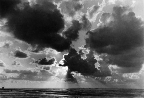 Alfred Ehrhardt, Wolkengebilde über dem Wattenmeer, 1933-36, © Alfred Ehrhardt Stiftung
