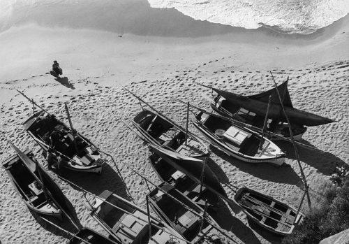 Alfred Ehrhardt, Fischerboote im Hafen, Ericeira, Portugal, 1951, © bpk / Alfred Ehrhardt Stiftung