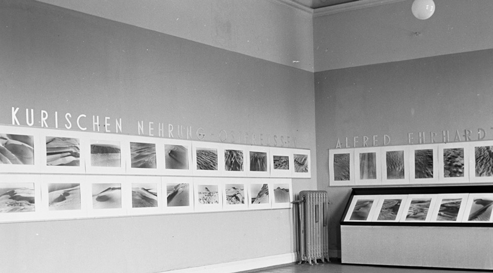 Alfred Ehrhardt, photo of the exhibition Wind and Sand installed at the Kunstgewerbeverein Hamburg 1937