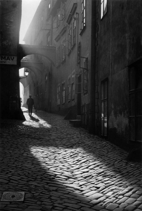 Alfred Ehrhardt, Gasse, Olomouc/Olmütz, Tschechien, Böhmen und Mähren, 1941, © Alfred Ehrhardt Stiftung