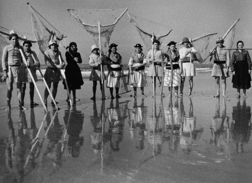 Alfred Ehrhardt, Algenfischer, Portugal, 1951, © bpk / Alfred Ehrhardt Stiftung